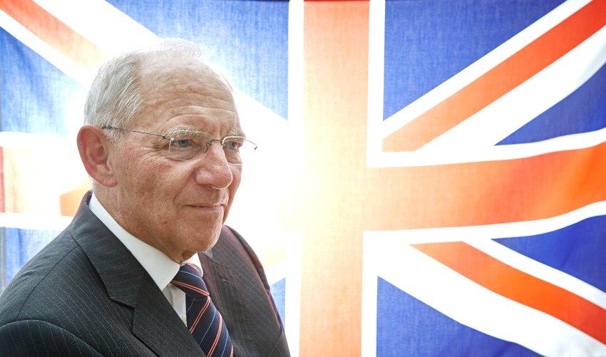 Wolfgang Schäuble, Bundesfinanzminister, Portrait mit britischer Flagge